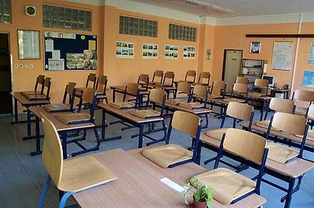 Všechny třídy jsou vybaveny novým školním nábytkem ...
