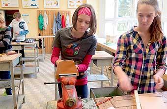 I holky umí pracovat se dřevem...