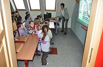 V učebně s interaktivní tabulí pro děti z I. stupně