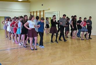 Tanečníci z devátých tříd...