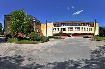 Hlavní vchod do budovy školy...