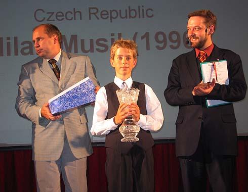 Nejmladší účastník šampionátu přebírá ocenění ...