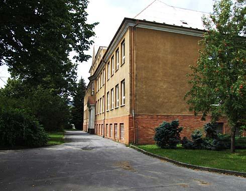 Další projekt bude řešit střechu na staré škole ...