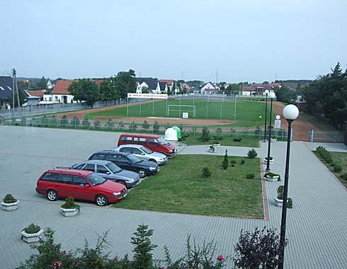 Pohled na sportovní areál  Lycea Komprachtice ...
