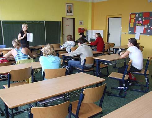 Paní učitelka Taťána Kurečková vysvětluje zadání ...