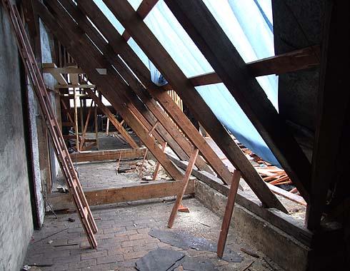 Mění se poškozené bednění střechy ...