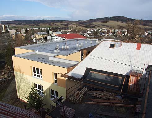 Pohled ze štítu střechy směrem k Třemešné ...