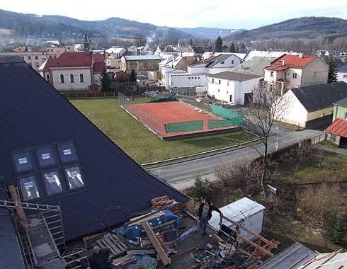Pohled ze štítu střechy směrem na Holčovice ...