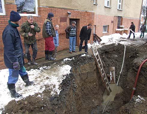 O průběh opravy kanalizace se zajímal také panstarosta ...