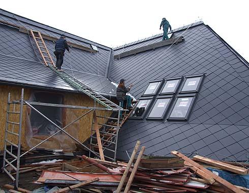 Dokončuje se další část střechy ...