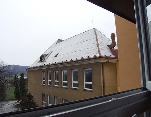 Otevírání střechy na staré budově ...