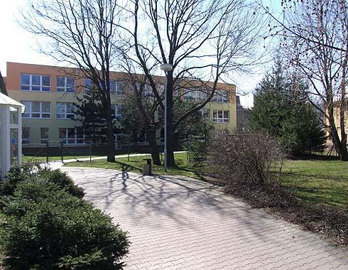 Pohled od severu na novou budovu školy ...