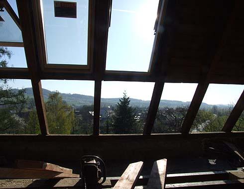 Na východní půdě se instalují okna ...