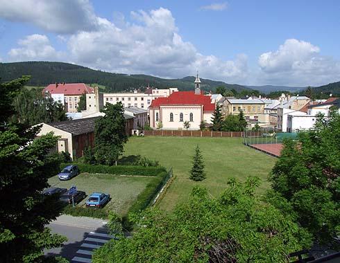 Nový pohled ze školy ve směru na Holčovice ...