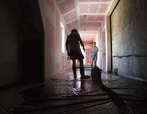 Začínají se lít podlahy chodeb ...